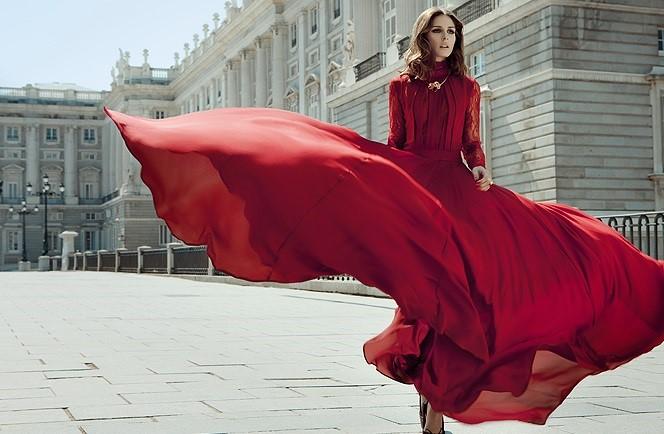 Девушка в шелковом платье